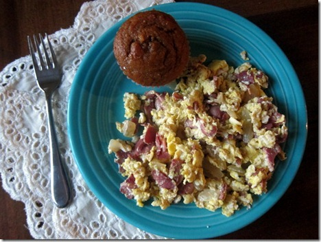scrambled eggs with muffin