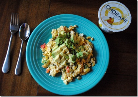 scrambled eggs with avocado and peppers 034
