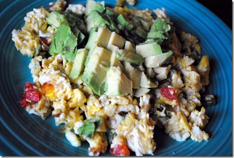 scrambled eggs with avocado and peppers 037